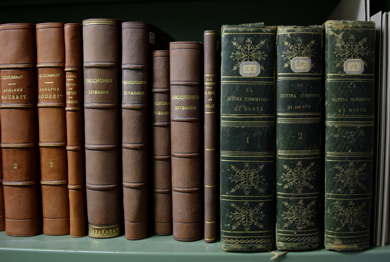 Rossini's personal copy of Dante's 'Divina Commedia' in the original bindings from 1818. At the left, more recent book bindings ordered by Michotte. FEM-791.