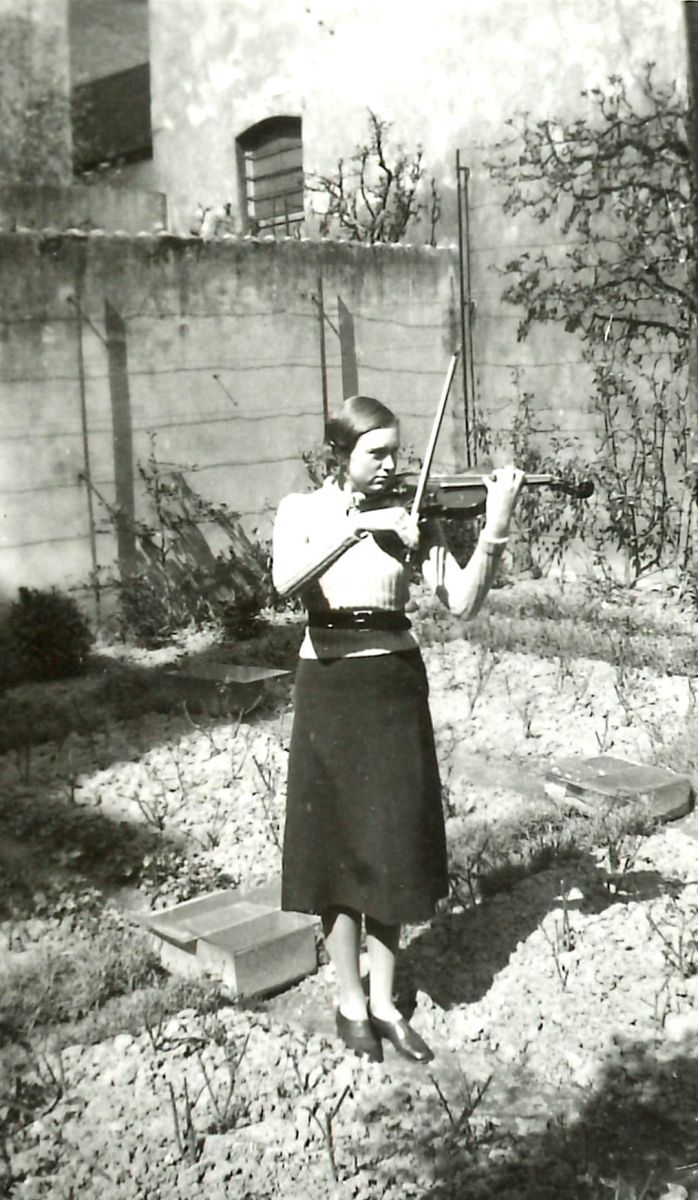 Josette Lavergne as a young violinist in the courtyard in Ostend.